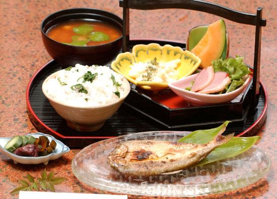 五穀を使ったセリご飯と鮎の一夜干し定食